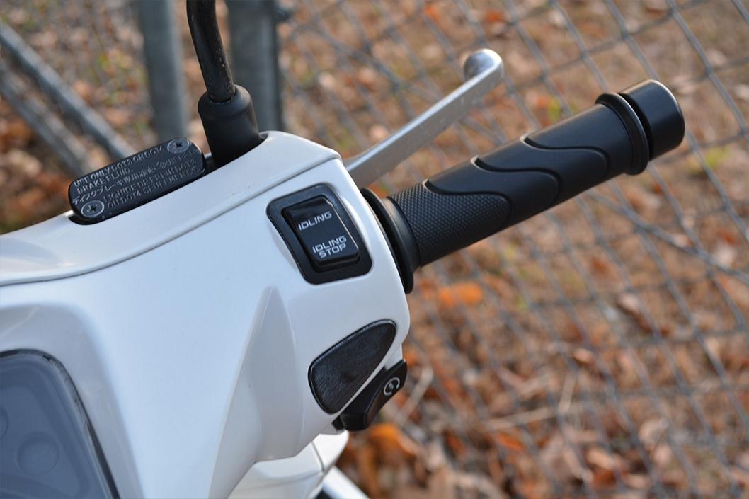 dio110(ディオ110)レビュー。これは買うべきスクーター。:未来的なアイドリングストップボタンがある(福岡市南区大池展望台で撮影)