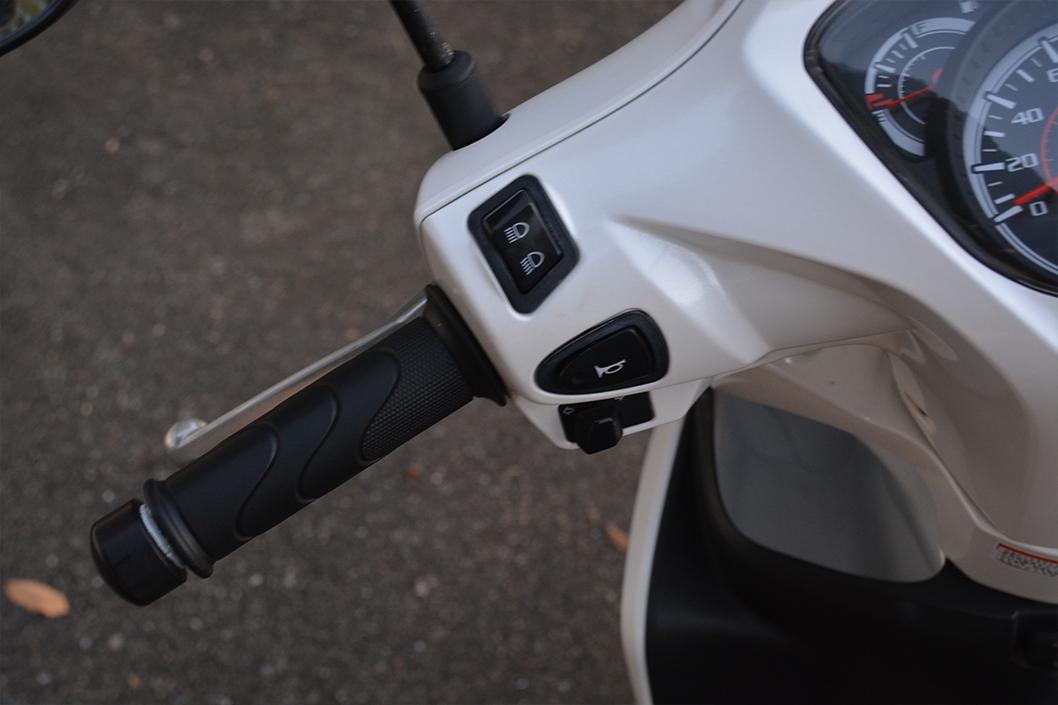 dio110(ディオ110)レビュー。これは買うべきスクーター。:ホーンが上でウィンカーが下にある