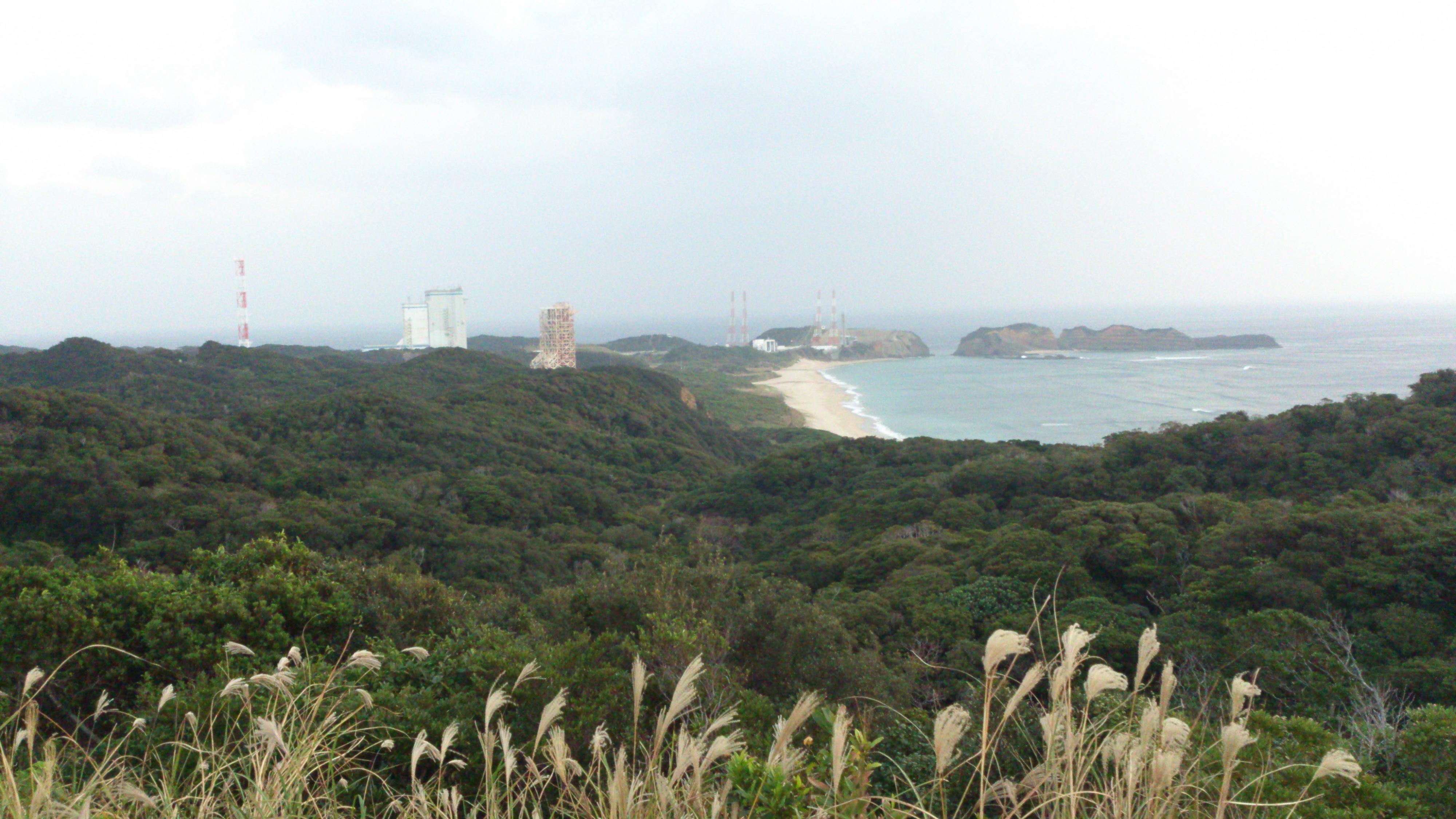 2012年12月。僕は種子島を一人で旅した:道路沿いにある脇道からきれいな海と発射台が見える
