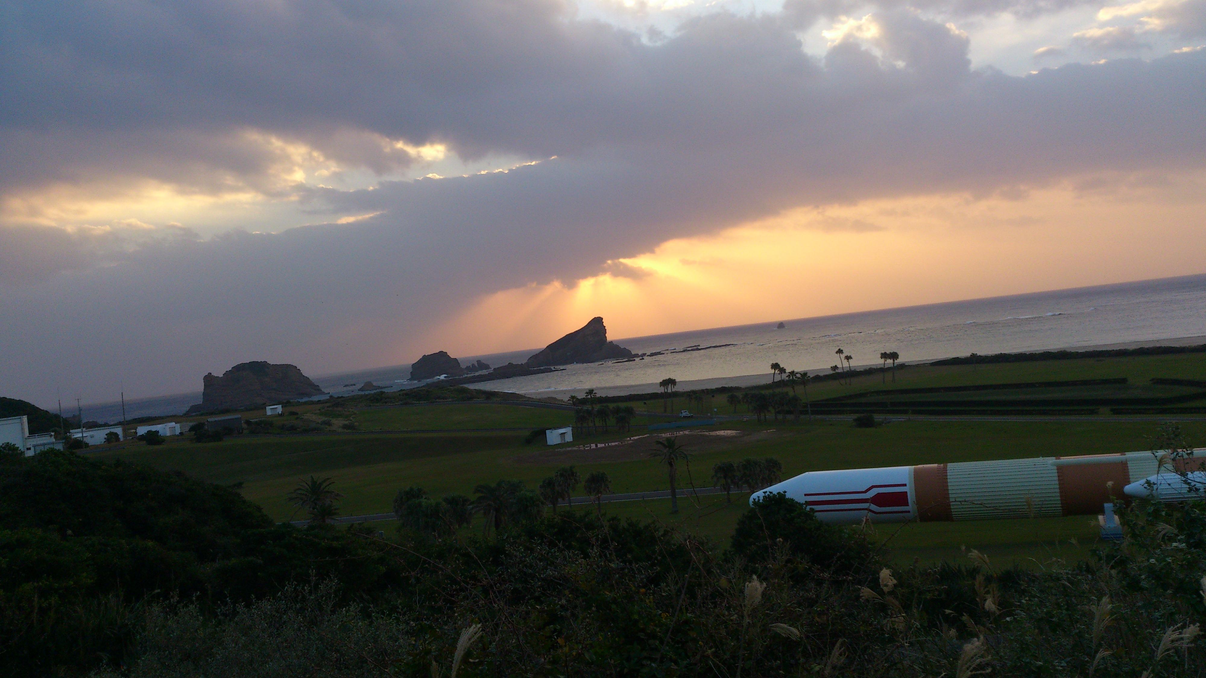2012年12月。僕は種子島を一人で旅した:ロケットのオブジェクト④雲の切れ間からの光がキレイ