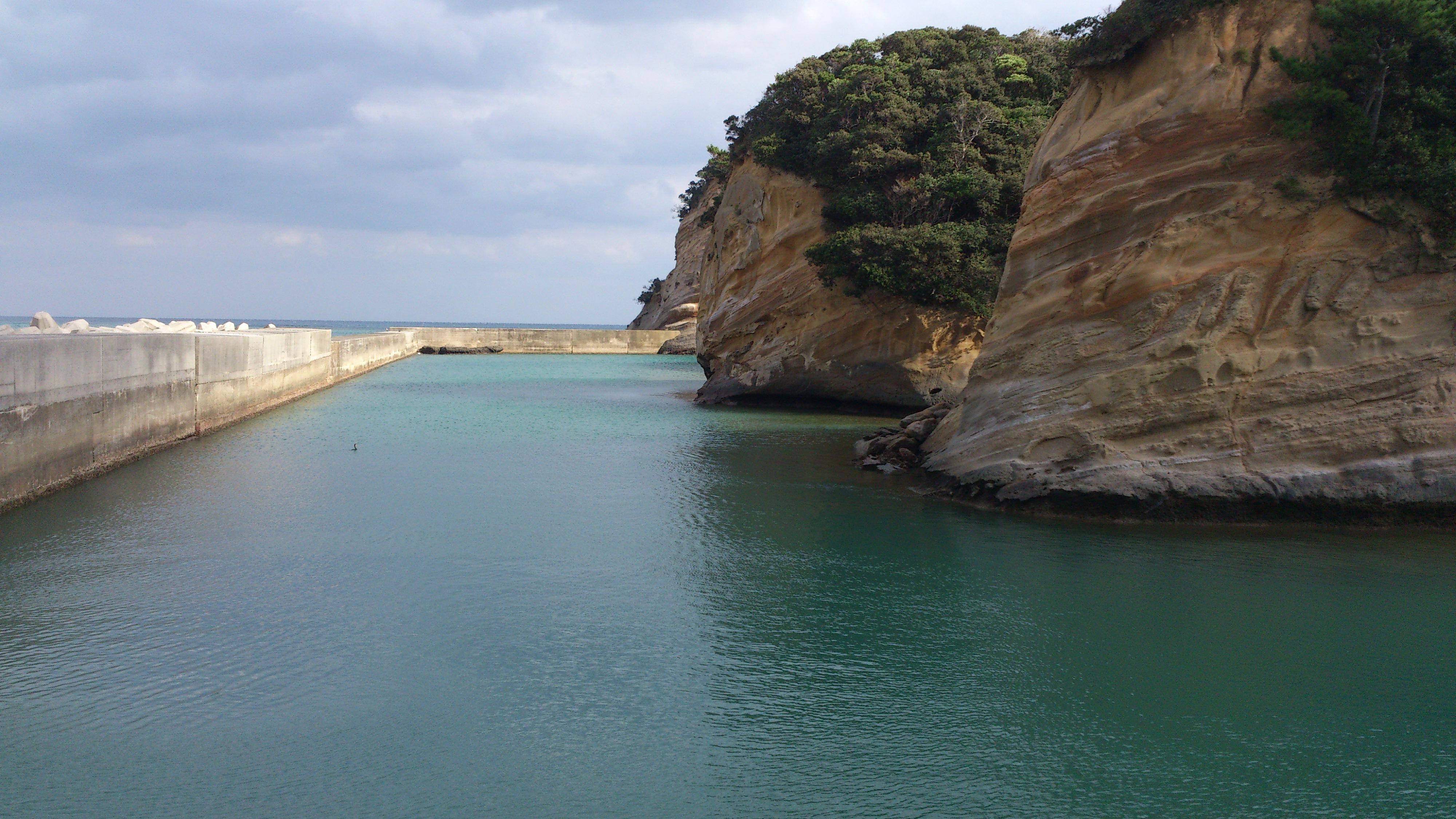 2012年12月。僕は種子島を一人で旅した:防波堤と岩肌。どこで撮ったか忘れた