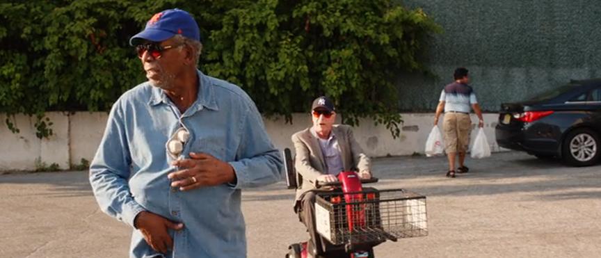 ジーサンズ はじめての強盗:「かごに乗れ!」とモーガンに言うマイケル