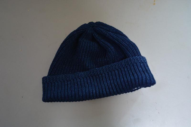 地味め、大きめで冬用っぽいシルエットのメンズサマーニット帽(ネイビー)