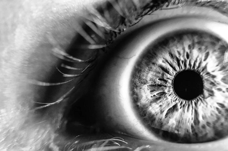 眼瞼下垂だと、自分の気分が客観的に分かる