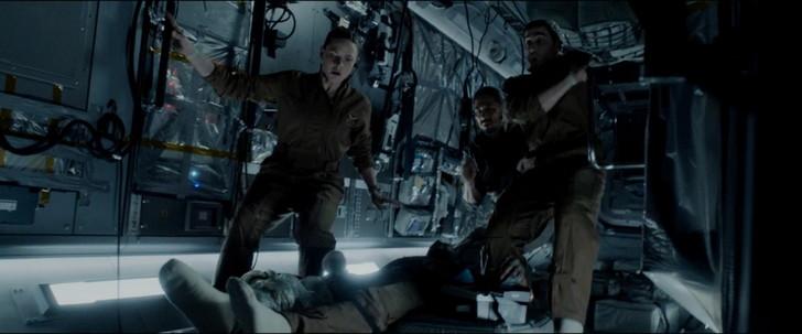高知能エイリアンとの闘い「ライフ」:ヒューの足に巻き付いていたカルビン