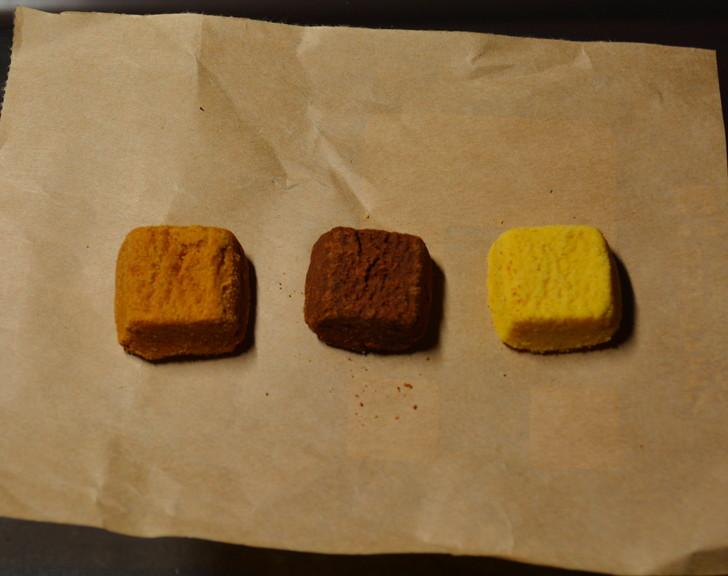 セブンの「ひとくち焼きショコラ」の体験レビュー:開封後:左から順に「塩キャラメル」「チョコ」「安納芋」