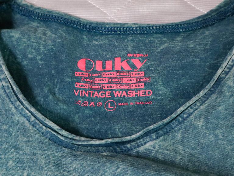 「Ouky(オーキー)」という最高にカッコ良いダメージTシャツについて語る: 首元アップ(Sandbar)
