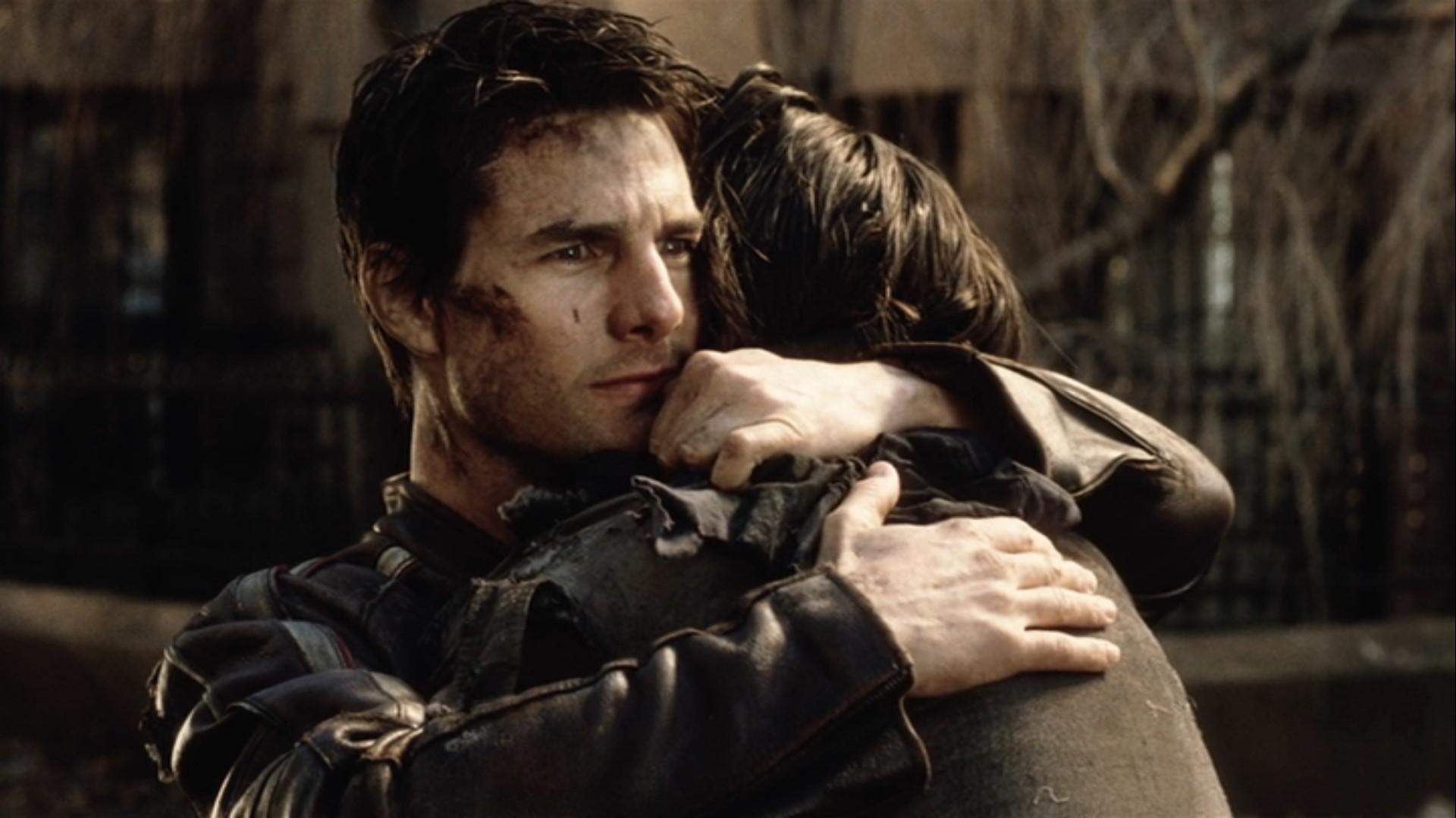 映画「宇宙戦争(2005)」感想。10回見ても全然飽きない: ロビーを力強く抱きしめるレイ(トム・クルーズ)