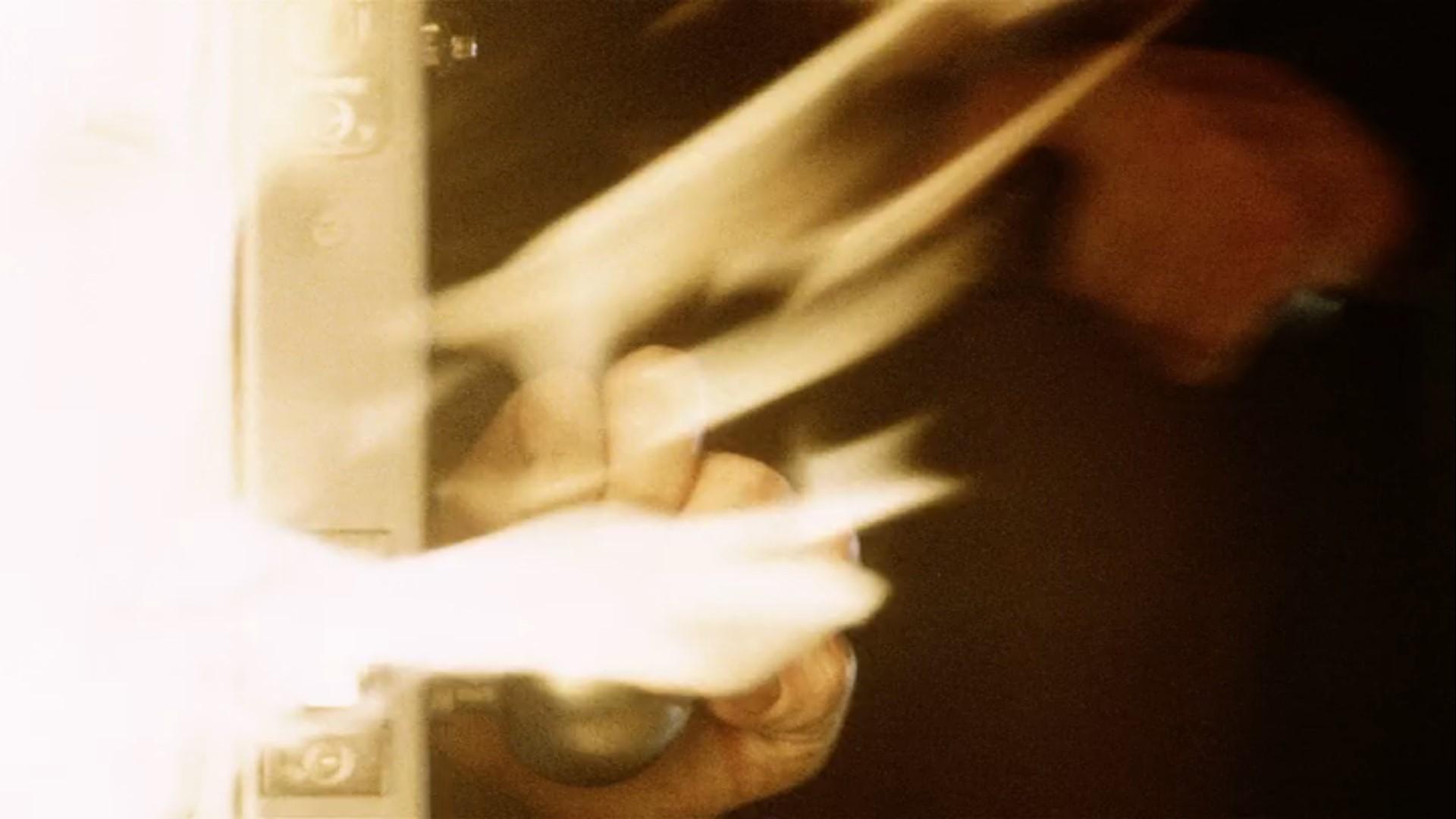 映画「宇宙戦争(2005)」感想。10回見ても全然飽きない: 機械室へ逃げ込み、ゆっくりドアを閉める