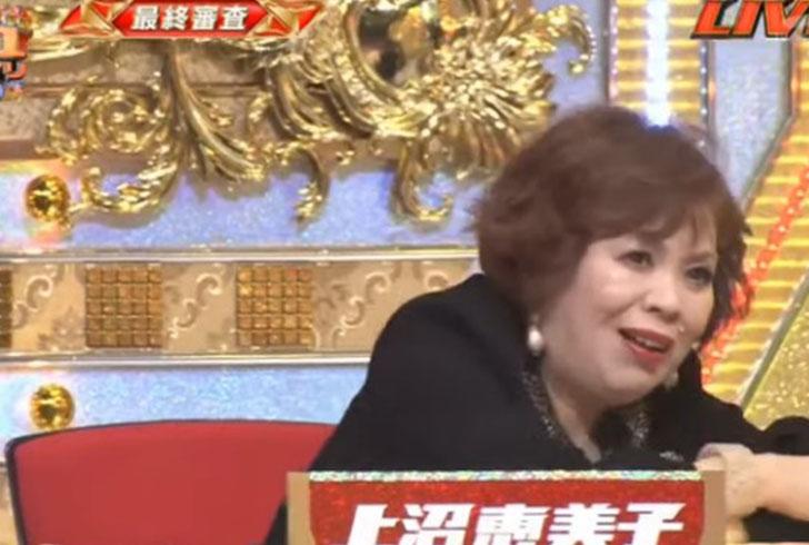 辛そうな表情で優勝票を決める「上沼恵美子」